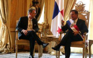 El presidente Varela en compañía de su amigo el exembajadior Feeley.