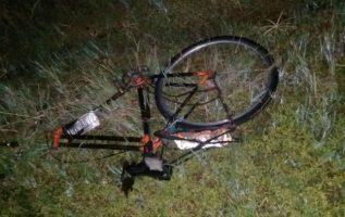 La bicicleta quedó en varios pedazos dispersos a lo largo de la vía producto del fuerte impacto donde no se descarta el exceso de velocidad.