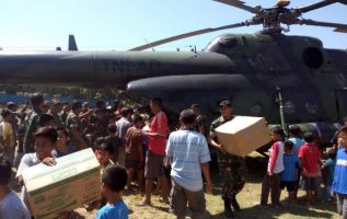 Cuentan para ello con decenas de helicópteros y aviones y cientos de lanchas, según la nota.