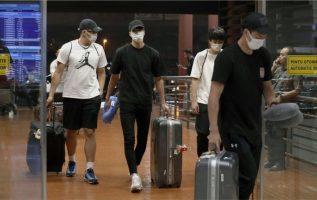Los jugadores japoneses abandonan Indonesia. Foto AP